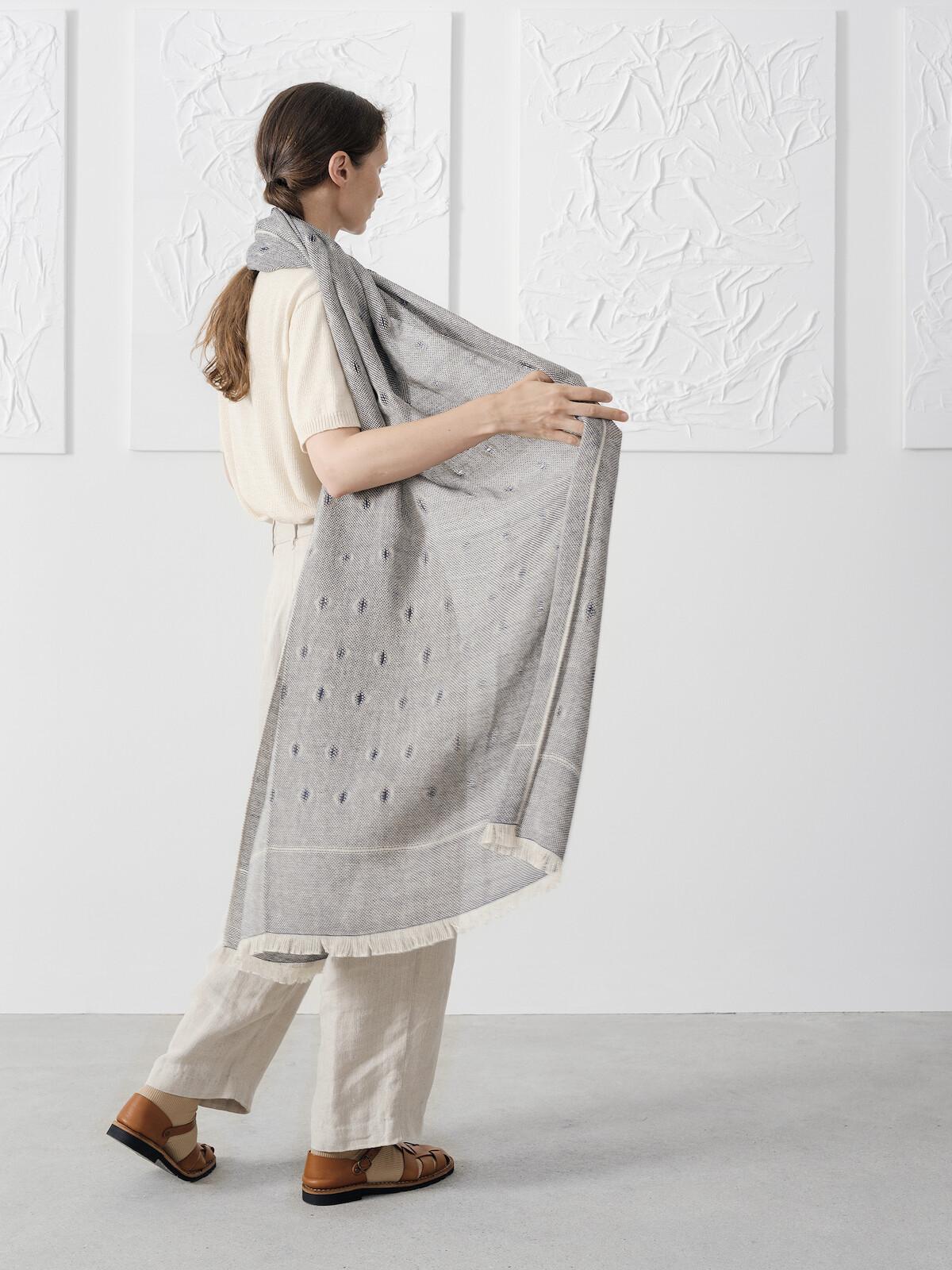 Handloomed scarf Image
